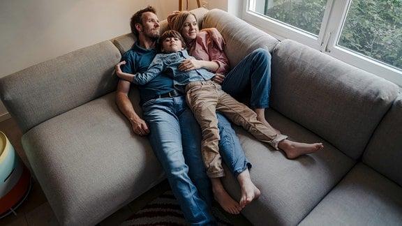 Eine Familie relaxt auf dem Sofa
