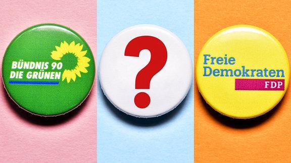 FOTOMONTAGE, Partei-Anstecker von der FDP und den Grünen mit Fragezeichen