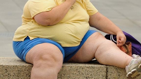 Eine übergewichtige Frau sitzt an der National Mall in Washington DC