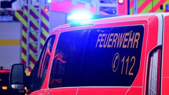 Fahrzeuge der Feuerwehr sind mit eingeschaltetem Blaulicht im Einsatz.