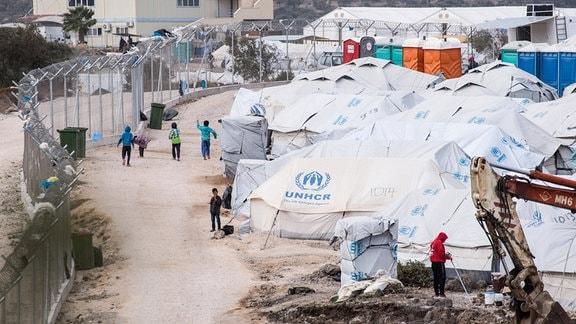 Kinder spielen in Flüchtlingslager auf griechischer Insel Lesbos