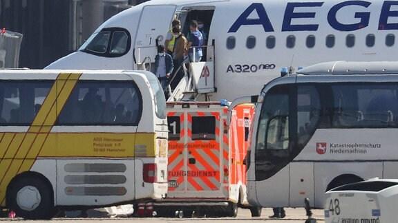 Die ersten Flüchtlingskinder aus Griechenland sind am Flughafen Hannover in Langenhagen gelandet
