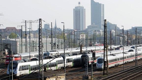 Lokführerstreik Personenzüge und S-Bahnen stehen am 23. April 2015 vor dem Hauptbahnhof in Leipzig (Sachsen).