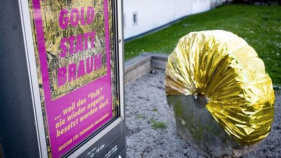 """Ein Plakat weist auf die Kunstaktion """"Gold statt Braun"""" hin."""