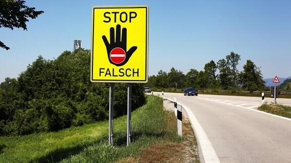 Auf einem Rastplatz an einer Autobahn in der Nähe von Passau steht ein Schild, das davor warnt, in die falsche Richtung auf die Autobahn aufzufahren.