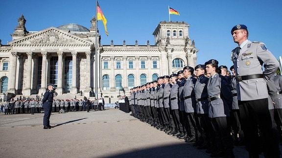 Feierliches Gelöbnis von Bundeswehr-Rekruten am Platz der Republik vor dem Reichstag 2013