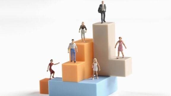 Plastefiguren stehen auf Bauklötzen
