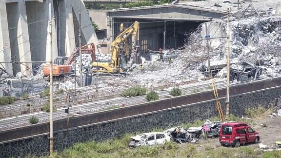Räumungs- und Bergungsarbeiten nach Brückeneinsturz in Genua