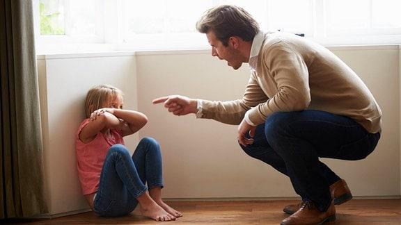 Ein Mann schreit ein Mädchen an.