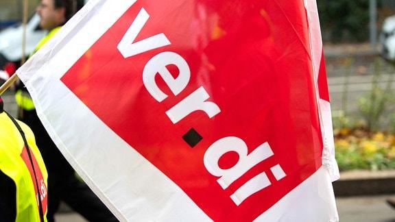 Ein Demonstrant mit einer Verdi-Fahne
