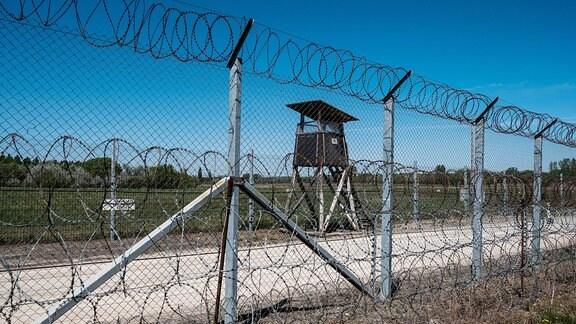 Ungarischer Grenzzaun zu Serbien (nahe Subotica) - Stacheldrahtzaun mit Beobachtungshäuschen