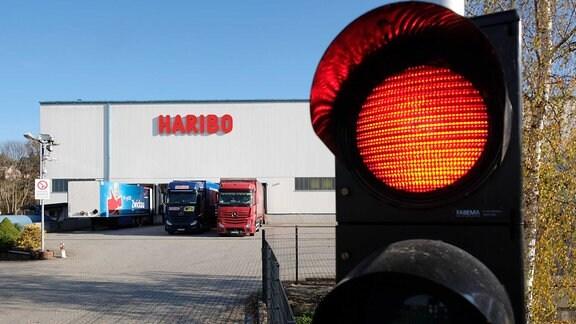 Eine Ampel am Eingang zum Haribo-Werk leuchtet rot.