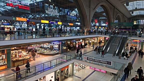 Querbahnsteig mit Einkaufszentrum im Hauptbahnhof Leipzig