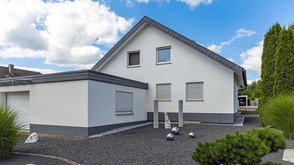 Ein Schottergarten vor einem Einfamilienhaus