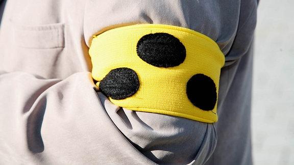 Eine Blindenbinde an einem Arm.