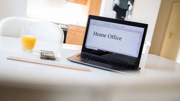 Symbolfoto zum Thema Home office, ein laptop auf einem Wohnzimmertisch