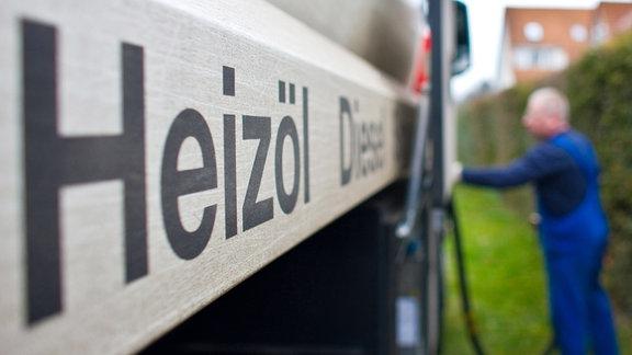 Ein Mitarbeiter eines Heizöllieferanten bereitet die Befüllung des Tanks eines Hauses mit Heizöl vor