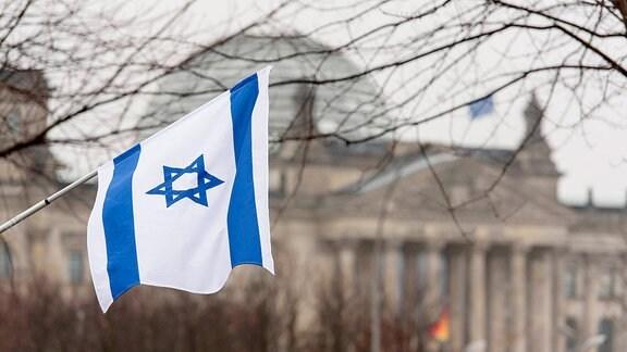 Israel-Flagge mit Davidstern bei Antisemitismus-Gedenken vor Reichstag in Berlin