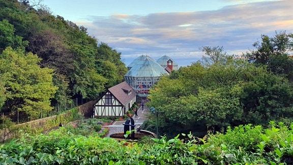 Gebäude und Glashäuser in einem Garten