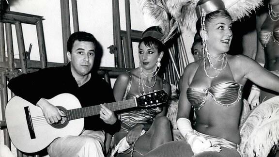 Joao Gilberto umgeben von Tänzerinnen, 1963