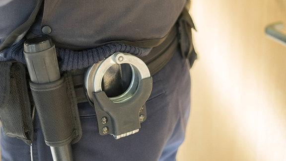 Justizwachtmeister Detailaufnahme: Uniform und Ausrüstung