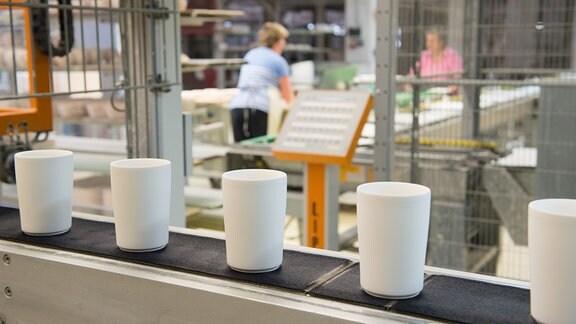 Becherglasieranlage in der Produktionshalle der Kahla Porzellan GmbH, 2015