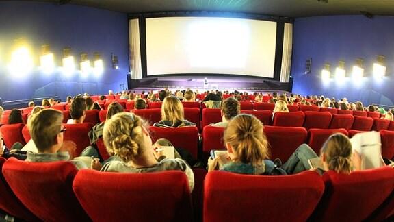 Studenten sitzen 2011 in einem großen Kinosaal.