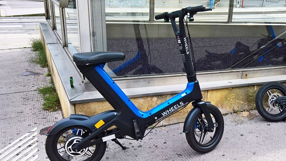 Fahrraeder, Roller, E-Scooter und seit Juli 2020 auch Wheels. Sie erinnern an Elektrofahrraeder, haben aber keine Pedale und im Gegensatz zu den E-Scootern ein Verleihsystem.
