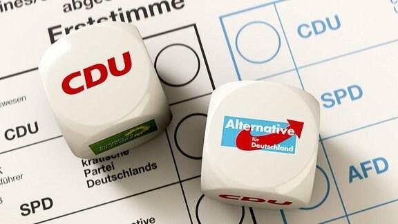 Stimmzettel zur Bundestagswahl, auf dem 2 Würfel, die CDU und AfD anzeigen, liegen.