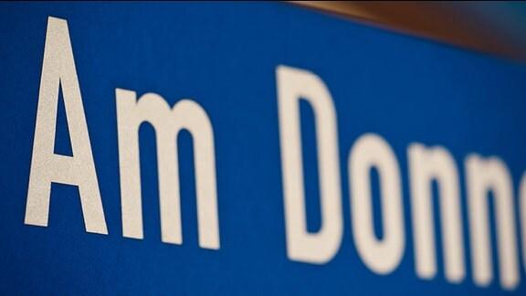 """""""Am Donn"""" steht in weißer Schrift auf blauem Grund"""