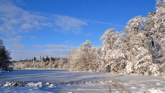 Ein mit Schnee und Eis bedeckt See