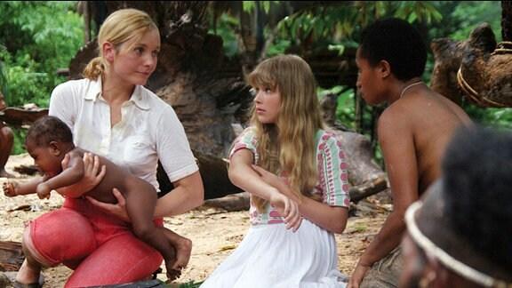 Doris Kuegler und ihre Tochter Judith helfen den Dorfbewohnern.