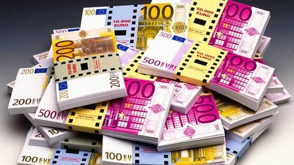 Verschiedene Euro-Scheine in Notenbündeln