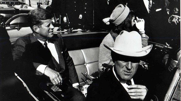 Präsident John F. Kennedy mit seiner Frau Jackie und John Connally in einem Auto