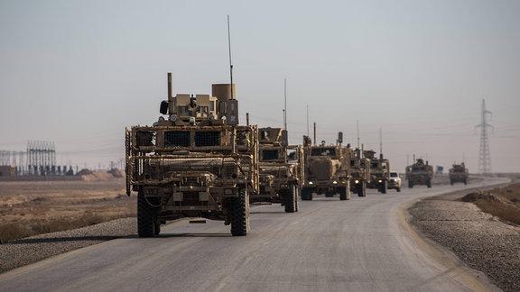 Konvoi der US-Armee auf der Straße zwischen Tall Tamr und Ain Isa, Syrien