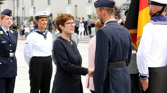 Bundesverteidigungsministerin Kramp-Karrenbauer gratuliert Bundeswehr-Rekruten bei Gelöbnis im Bendlerblock