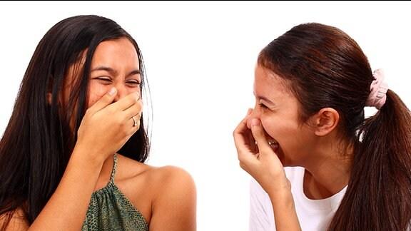 Zwei junge Frauen lachen gemeinsam.