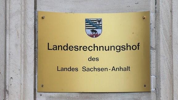 Das Schild des Landesrechnungshofes des Landes Sachsen-Anhalt in Dessau/Roßlau.