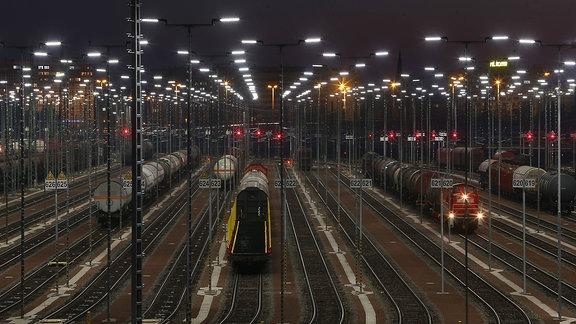 Nachtaufnahme der Gleisanlagen des Güterbahnhofs Halle/Saale