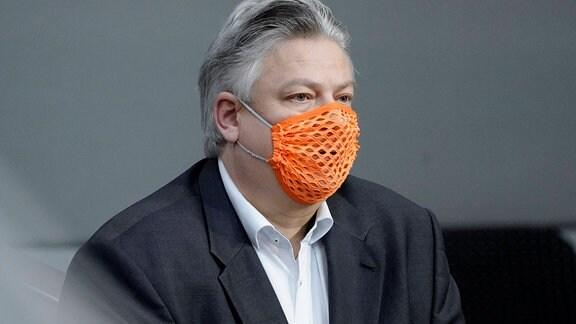 Thomas Seitz mit löcheriger Maske