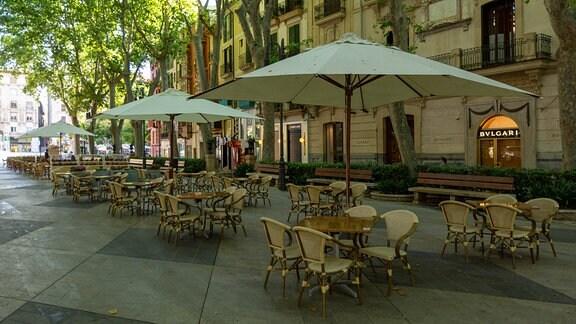 Lokal in Palma mit leere Tischen und Stühlen.
