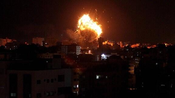 Explosion einer Rakete bei einem Luftangriff im Gazastreifen