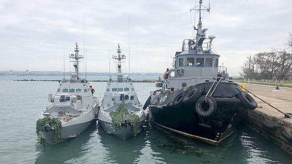 Aufgebrachte ukrainische Marine-Einheiten im Hafen von Kertsch
