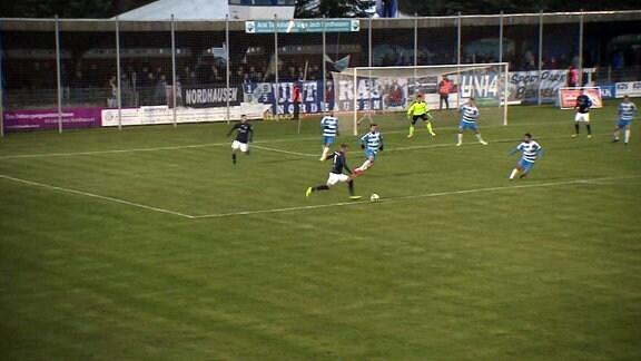 Spieler des Chemnitzer FC trifft zum zwei zu eins Endstand.