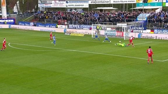 Spieler des Halleschen FC trifft zum zwei zu null Endstand.