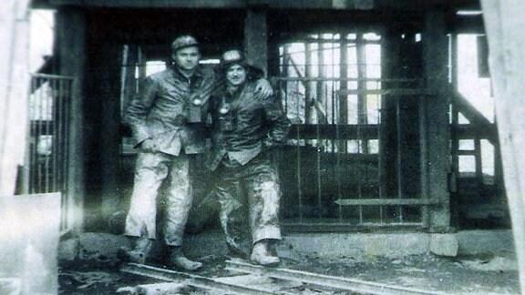 Zwei Wismutarbeiter posieren für ein Foto.