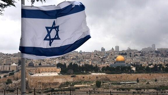 Die israelische Nationalflagge weht auf einem Berg mit Blick auf das Al-Aqsa-Moscheengelände in der Altstadt von Jerusalem.