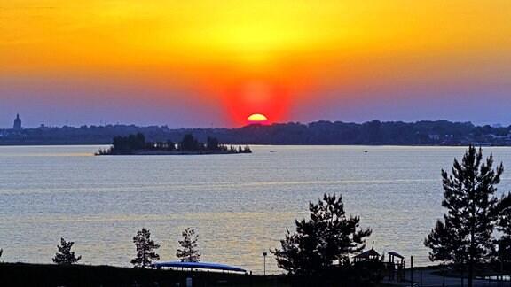 Sonnenuntergang über dem Markkleeberger See mit der Getzelauer Insel im Vordergrund.