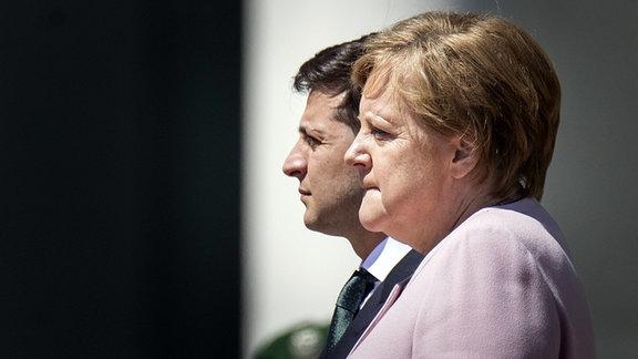 Bundeskanzlerin Angela Merkel erleidet beim Empfang des ukrainischen Präsidenten Wolodymyr Selenskyj einen Zitteranfall.