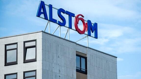 Das Logo des Bahntechnik-Herstellers Alstom auf dem Alstom-Verwaltungsgebäude.